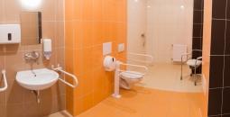 Jedna z łazienek w pełni przygotowana do osób niepełnosprawnych