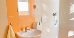 Jedna z łazienek będących częścią pokoi pensjonariuszy